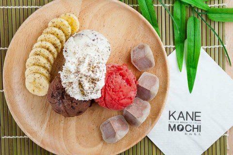 อร่อยฟรุ้งฟริ้งกับโมจิคลายร้อนสอดไส้ไอศกรีมที่ร้าน Kanemochi Cafe