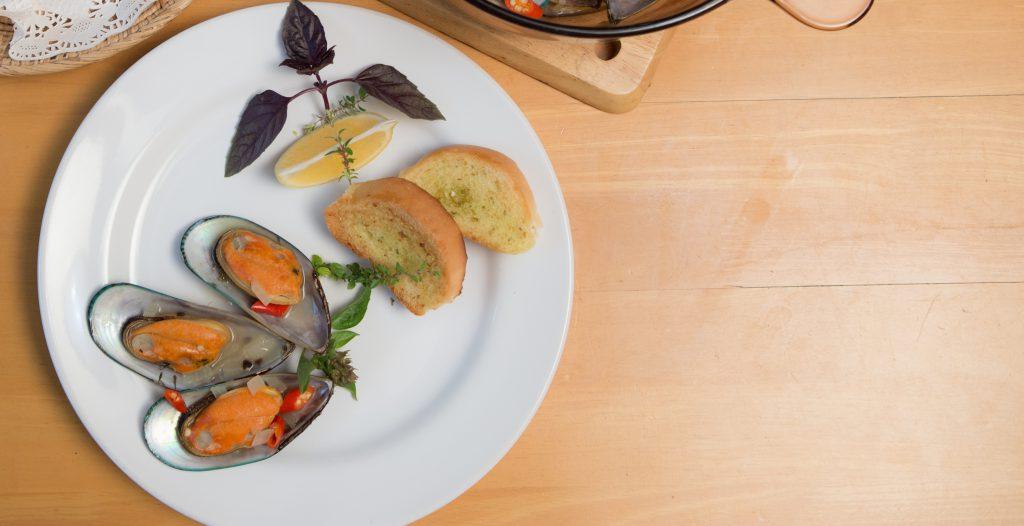 พาไปเข้าครัวทำเมนูง่ายๆ ทานได้เองที่บ้าน … หอยแมลงภู่อบต้มยำไวน์ขาว