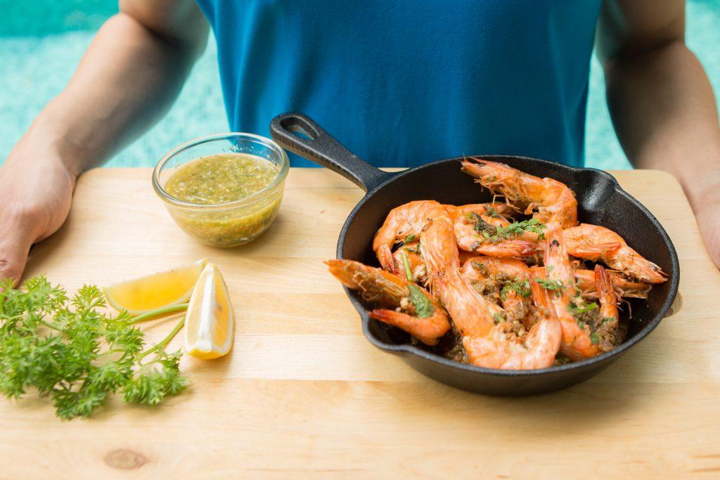 พาไปเข้าครัวทำเมนูง่ายๆ ทานได้เองที่บ้าน … กุ้งอบเนยกระเทียม